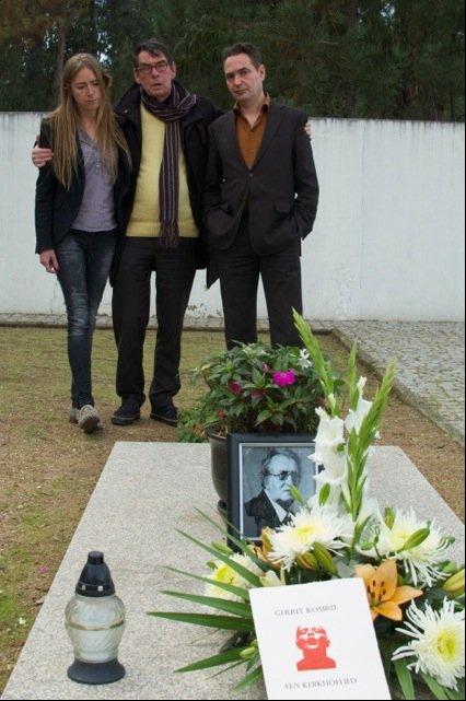 Roos Custers Charles Hofman en Menno Wigman bij het graf van Gerrit Komrij