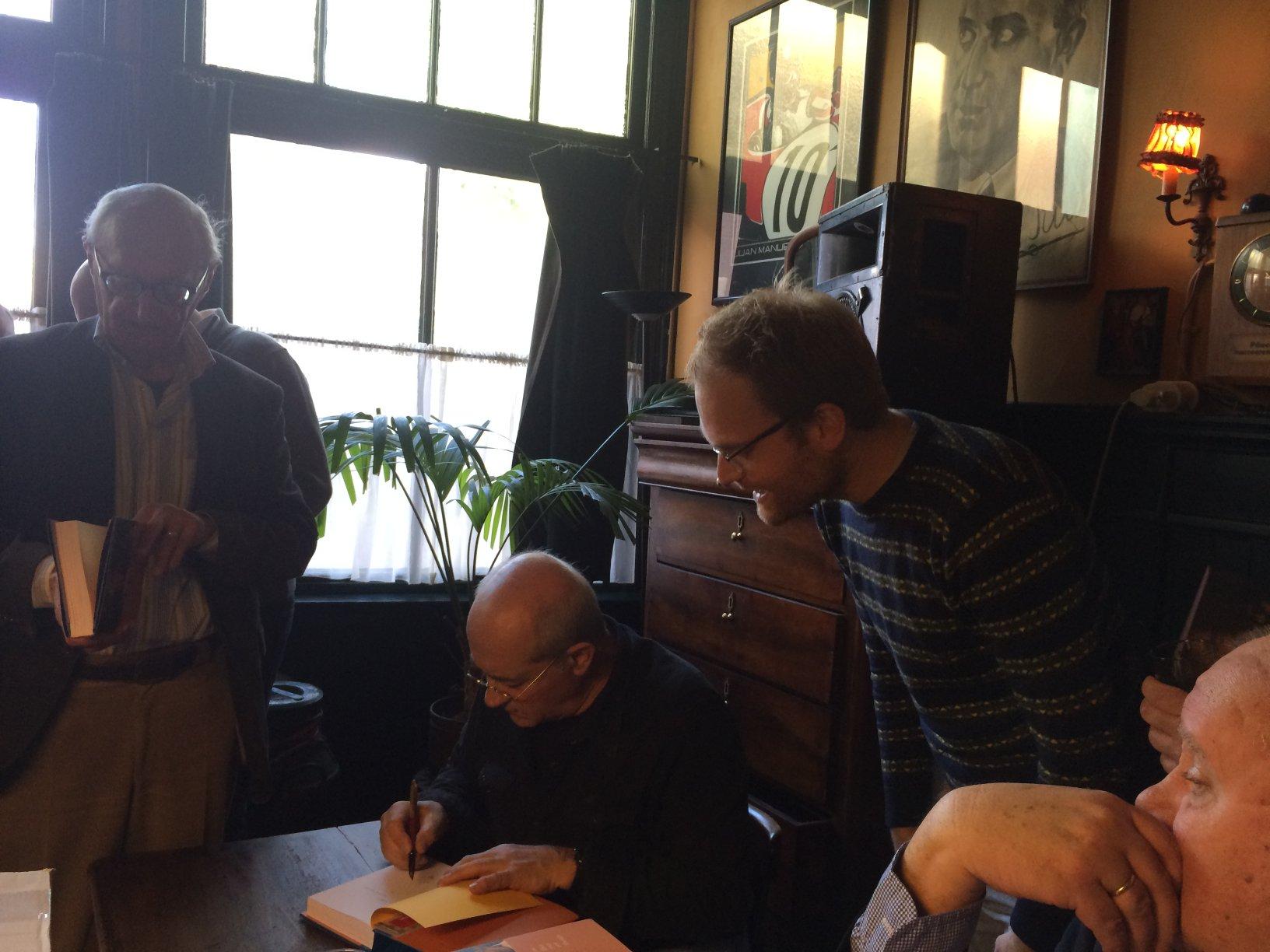 Wiener signeert voor de directeur