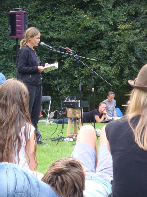 Maria Barnas (liggend: Erik-Jan Harmens)