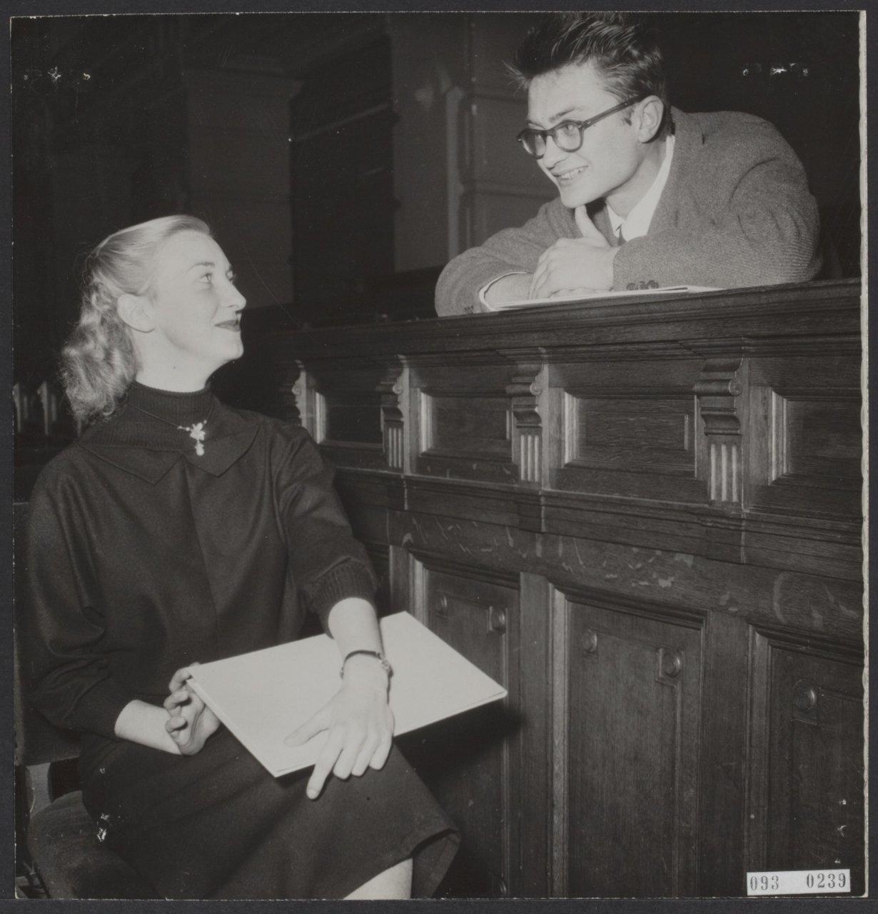 Ellen Warmond en Remco Campert bij uitreiking Reina Prinsen Geerligsprijs in 1953