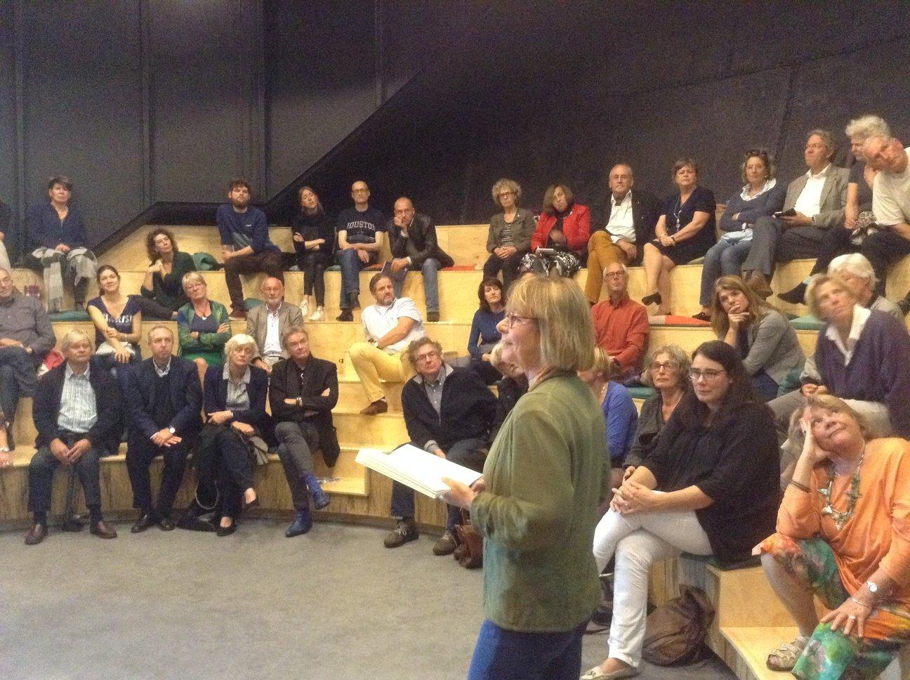 Jane Leusink spreekt de mensen toe