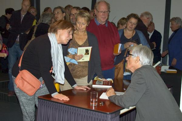 Van Kooten signeert na afloop van de Komrijlezing
