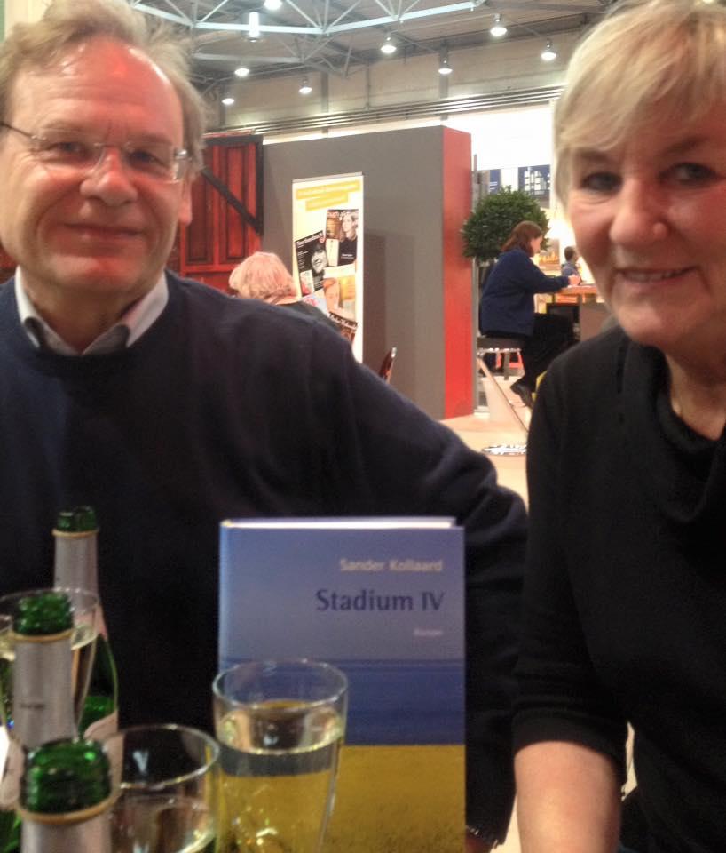 Gerd Busse en Ingrid Holzheimer met het boek van Sander Kollaard
