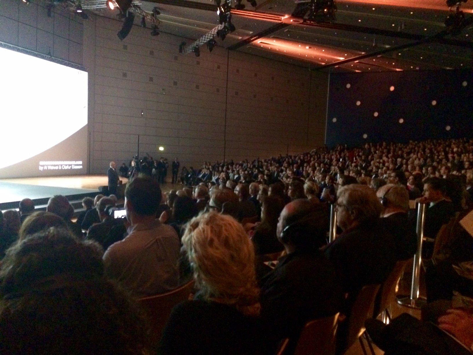 Zaal van de openingsceremonie, waar geëngageerd en kritisch werd gesproken door o.a. voorzitter vh Europese parlement Martin Schulz. (Hij was overigens één van de 6 witte mannen in stropdas. De enige vrouwelijke spreker was onze eigen Jet Bussemaker)